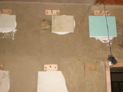 На фото — импровизированные маяки для монтажа листов гипсокартона в одной плоскости