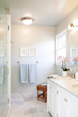 На фото хорошо видно, насколько просторной выглядит белая ванная комната