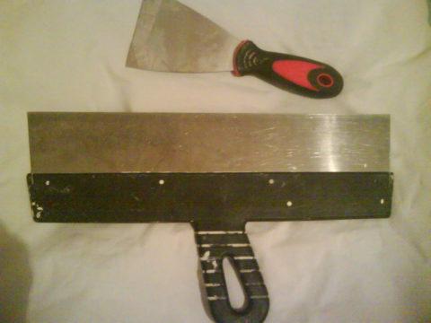 Основной инструмент — два шпателя разной ширины