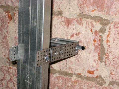 Расстояние между капитальной стеной и обрешеткой можно увеличить, соединив подвесы попарно