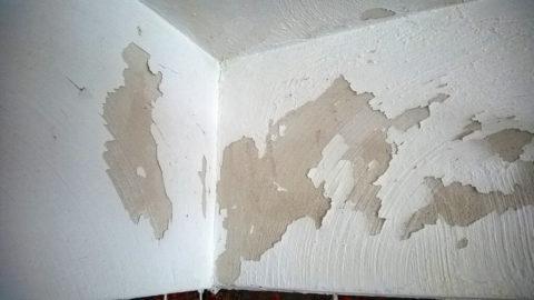 Размоченная горячей водой краска легко отделяется от стен
