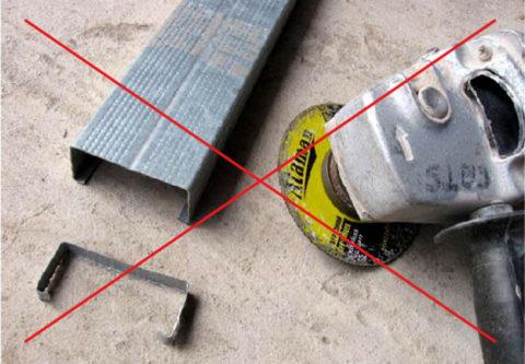 Режьте профиль только ножницами по металлу