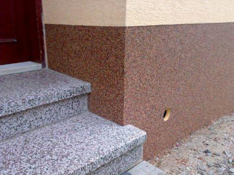 Удачное сочетание бетонных ступеней и крупнозернистой минеральной штукатурки на цокольной части здания