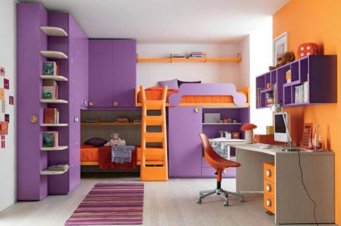 В комнате присутствует три основных цвета — бежевый, фиолетовый и оранжевый