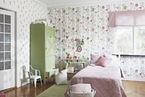 Бумажные обои в комнате девочки
