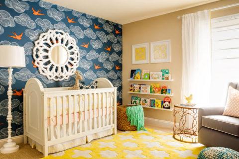 Глубокий темно-синий цвет обоев возле кроватки настроит ребенка на сон