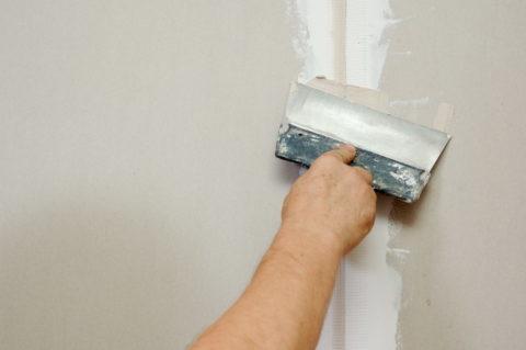 Как красить стены из гипсокартона: шпаклевание шва вторым слоем
