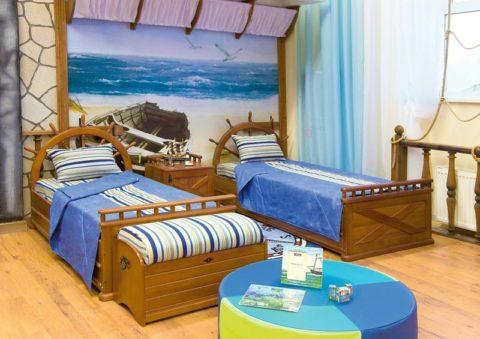 Морскую тематику можно развить при помощи предметов мебели и декора