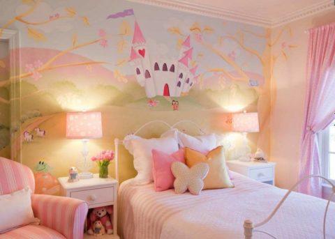 Нежные оттенки фотообоев гармонично сочетают с общей цветовой гаммой в комнате девочки