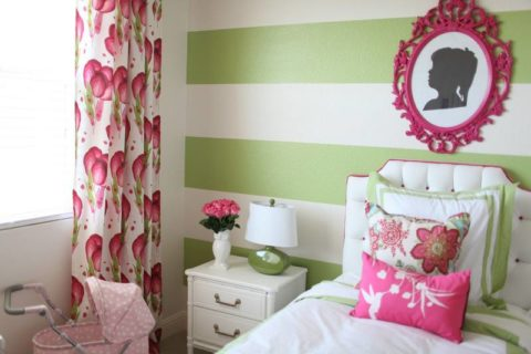 Широкие горизонтальные полосы на обоях визуально увеличивают пространство комнаты