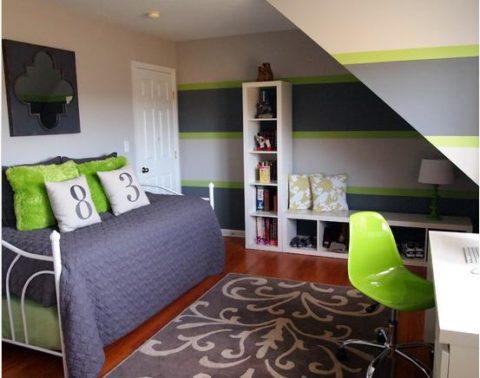 Широкие полоски на обоях в небольшой комнате мальчика делают ее просторнее