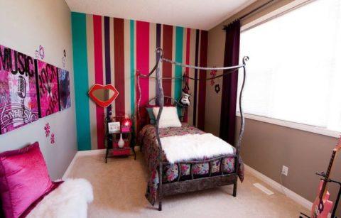 Яркая акцентная стена с вертикальными полосами сделает комнату выше