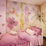 Яркие обои можно «разбавить» нейтральным цветом соседних стен