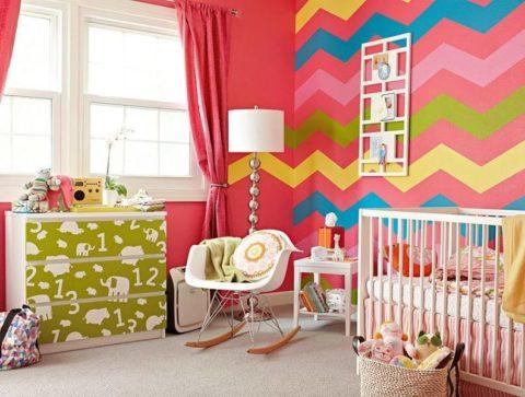 Яркие обои на фоне нейтральных цветов мебели