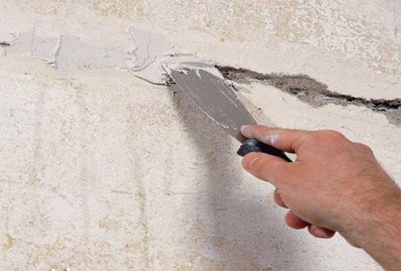 Как зашпаклевать дыры в стене своими руками 57