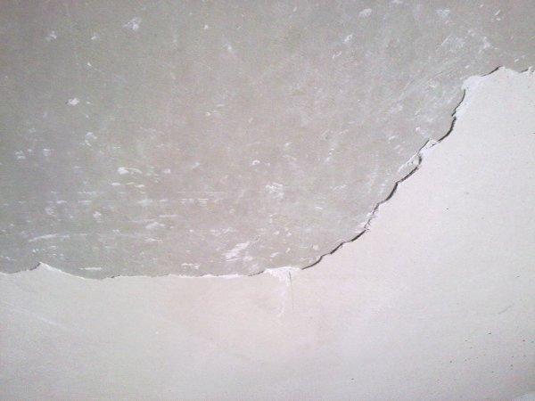 Перед тем как снять старую штукатурку с потолка, убедитесь в необходимости этого шага