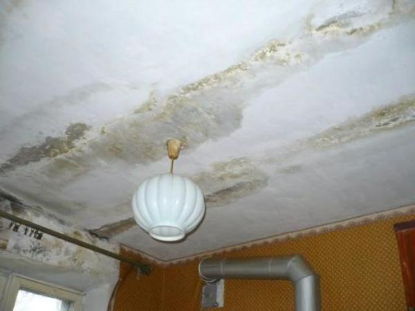 Потолок в таком состоянии, как на фото, потребует капитального ремонта