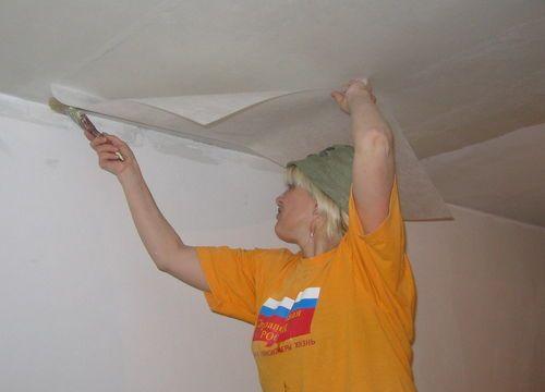 На фото – процесс оклеивания потолка небольшими кусками