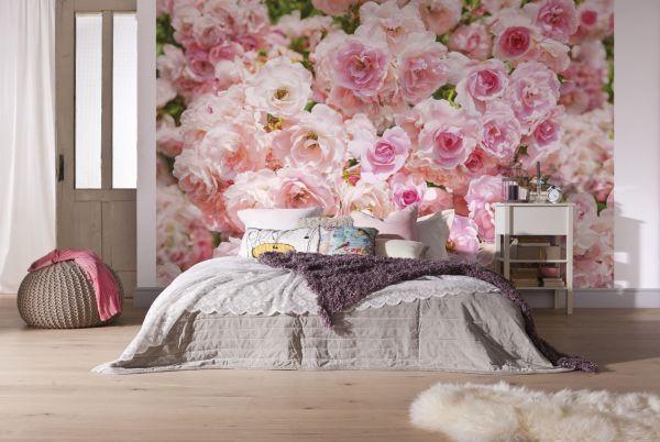 Фотообои розовые розы, в интерьере светлой спальни