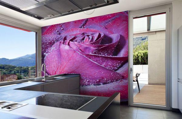 Фотообои с необычного цвета розой, в интерьере кухни