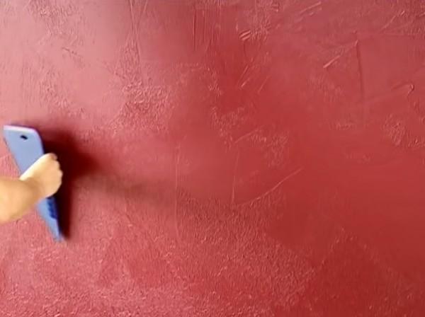 Фото стены, «окрашенной» пластиковым обойным шпателем
