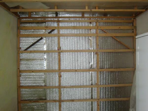 Обрешетку для монтажа мдф панелей, можно делать из различных материалов, на фотографии представлена деревянная обрешётка
