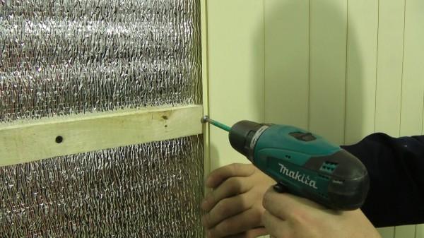 Процесс обшивки подготовленных стен панелями из мдф
