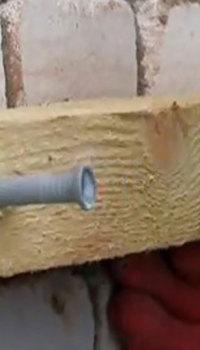 Деревянные балки для каркаса крепят с помощью дюбилей