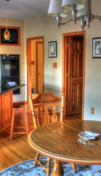 Для более ярких и динамичных кухонь лучше подбирать более спокойные расцветки обоев