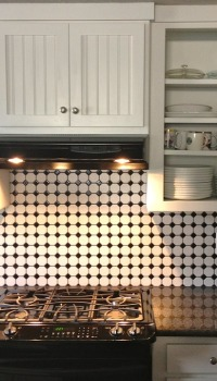 Имитация кафельной плитки с необычными рисунками и узорами, разнообразят однотонные цвета кухни Имитация кафельной плитки с необычными рисунками и узорами, разнообразят однотонные цвета кухни