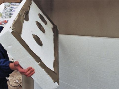 К бетонным или кирпичным стенам пенопласт можно приклеить с помощью цементного состава