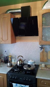 Можно подобрать обои под цвет кухонной мебели или рабочей столешницы, как на фотографии