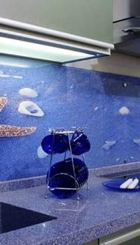 Мы видим пример стеклянного кухонного фартука, который своим рисунком подчёркивает стилистику кухни