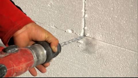 Пенопласт легко крошится, это необходимо помнить при его монтаже как на стены, так и на потолок