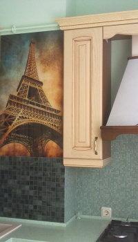 Стеклянное панно может быть как просто украшением, так и дополнением к стилистике комнаты