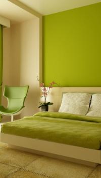 Стены двух цветов в спальне