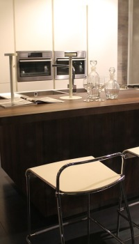 Вагонка на стенах кухни подойдёт к разным стилистическим оформлениям
