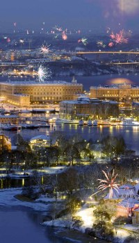 Вид города с новогодними салютами