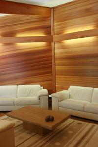 Декор стен деревом в гостиной