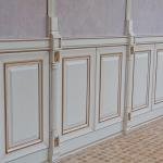Один ярус буазери с вертикальными планками, на декоративно оштукатуренной стене