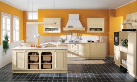 Теплые тона стен для большой кухни