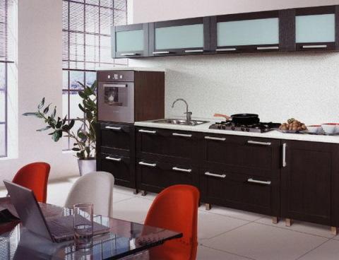Теплые тона стен в сочетании с коричневой мебелью