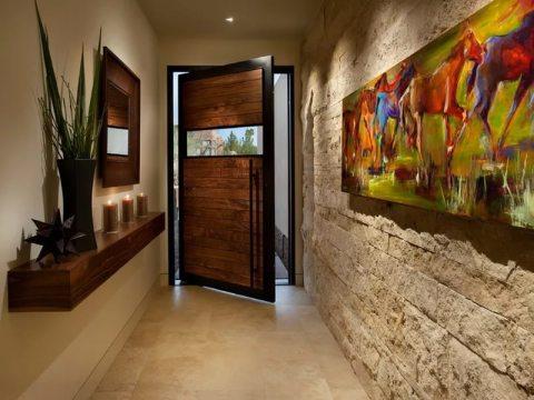 Коридор, отделанный камнем, станет украшение любого дома
