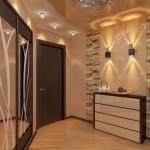 Коричневый цвет стен в коридоре из декоративного камня
