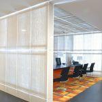 Светопрозрачные бетонные перегородки в офисном интерьере