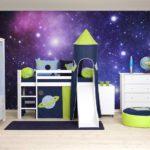 Космическая тема на фотообоях повторяется в оформлении спального места