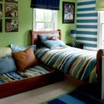 Оливковые и теплые коричневые цвета делают атмосферу в комнате спокойной