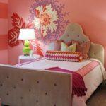 Цвет мебели на фоне ярких обоев должен быть нейтральным
