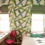 В маленькой комнате можно использовать яркие цвета на белом фоне