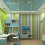 Вертикальные полосы на обоях в комнате мальчика визуально делают потолок комнаты выше